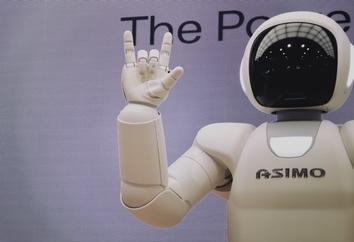 On en parle beaucoup : les chatbots ou dialogueurs en français. Ils sont conçus pour simplifier les interactions entre humains et ordinateurs. Et en plus on les retrouve partout. Ils peuvent être utilisés dans tous les secteurs comme par exemple l'e-commerce, la restauration ou l'immobilier.